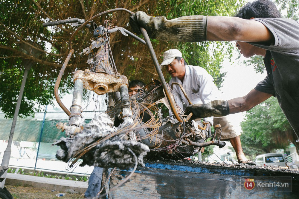 Hàng trăm xe máy, ô tô hạng sang bị cháy trơ khung tại chung cư Carina được kéo ra ngoài bán sắt vụn - Ảnh 15.