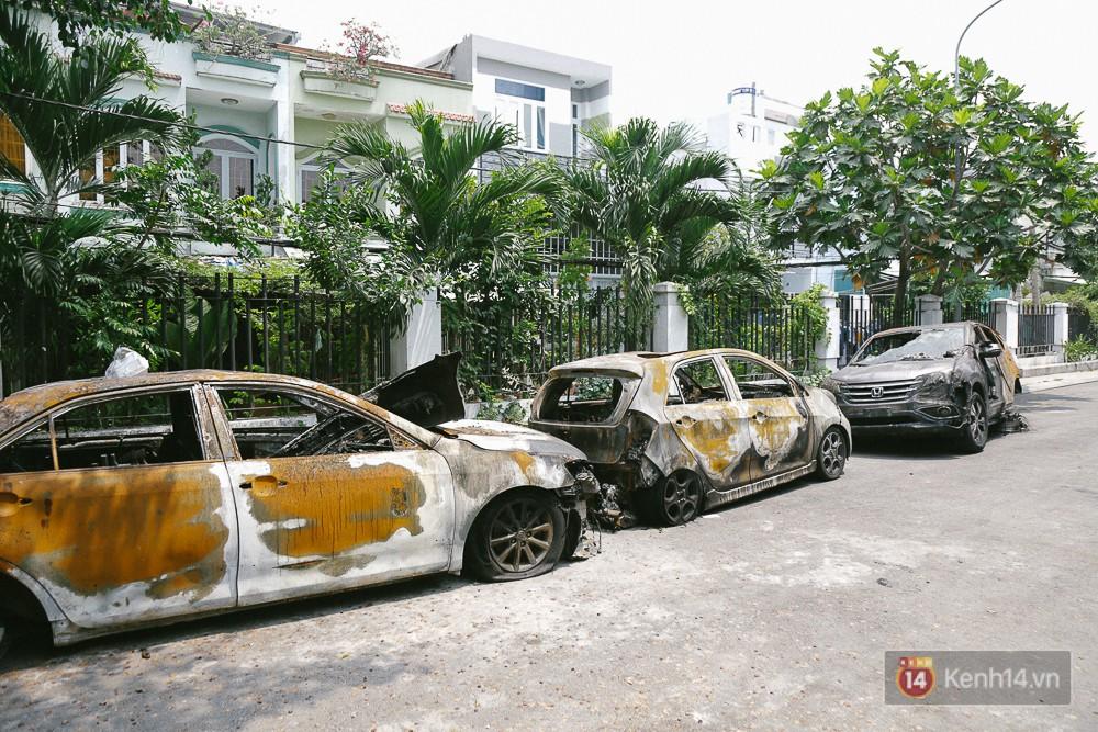 Hàng trăm xe máy, ô tô hạng sang bị cháy trơ khung tại chung cư Carina được kéo ra ngoài bán sắt vụn - Ảnh 1.
