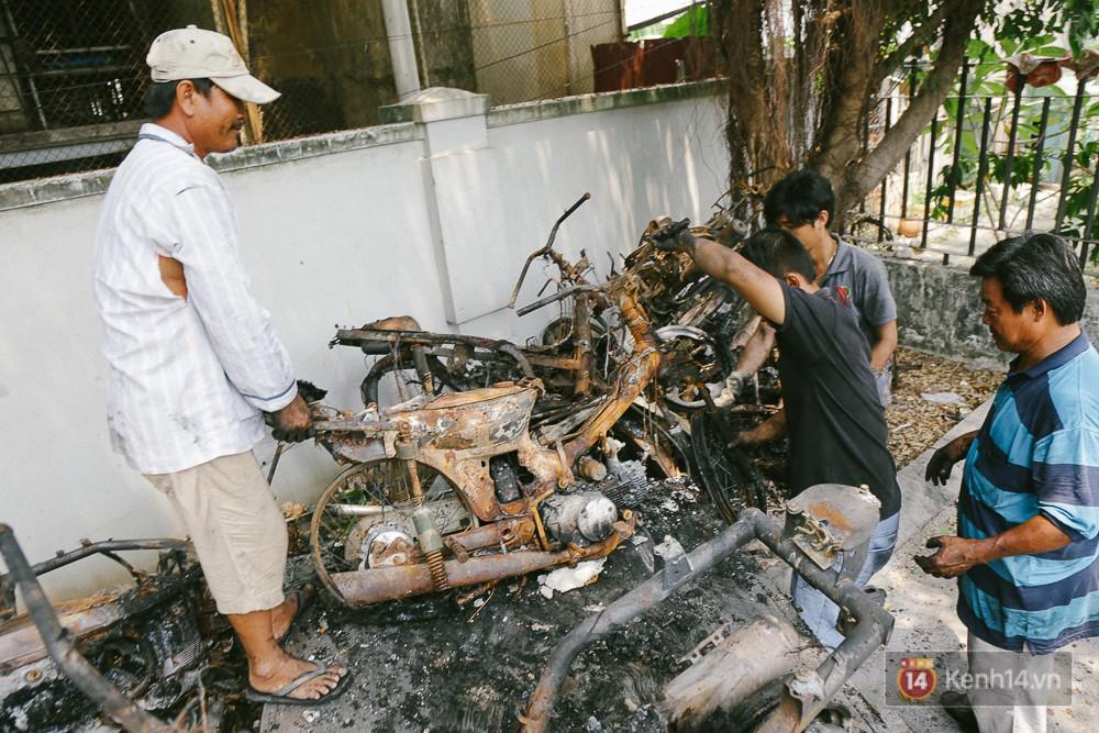 Hàng trăm xe máy, ô tô hạng sang bị cháy trơ khung tại chung cư Carina được kéo ra ngoài bán sắt vụn - Ảnh 16.