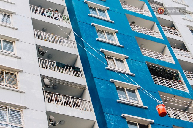 Khổ như cư dân chung cư Carina sau vụ cháy: Cõng tủ lạnh xuống mấy tầng lầu, dùng ròng rọc chuyển đồ nhiều ngày liền - Ảnh 1.