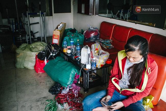 Khổ như cư dân chung cư Carina sau vụ cháy: Cõng tủ lạnh xuống mấy tầng lầu, dùng ròng rọc chuyển đồ nhiều ngày liền - Ảnh 3.
