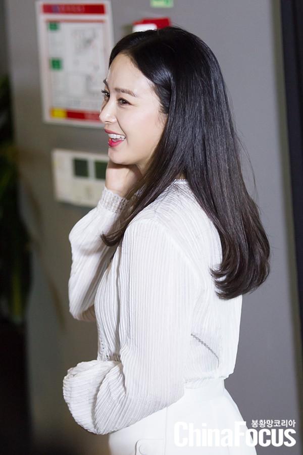 Kim Tae Hee lộ diện chính thức hậu sinh con: Đẹp khó tin, nhưng vóc dáng của cô mới là điều gây bất ngờ nhất - Ảnh 5.