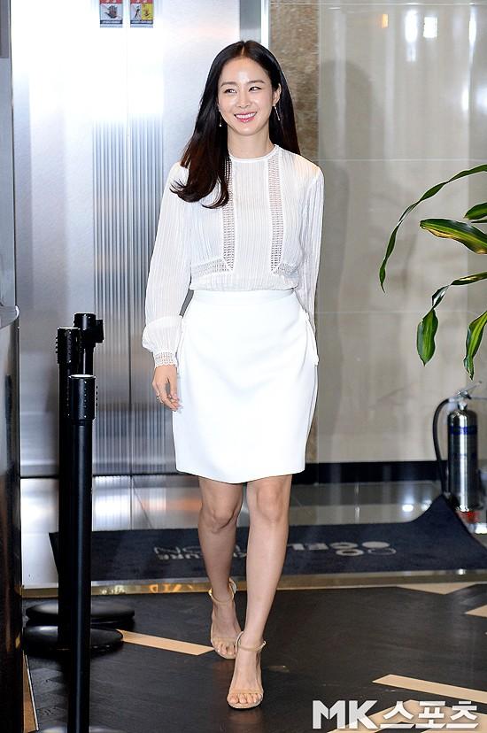Kim Tae Hee lộ diện chính thức hậu sinh con: Đẹp khó tin, nhưng vóc dáng của cô mới là điều gây bất ngờ nhất - Ảnh 1.
