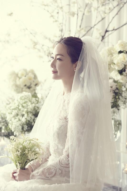 Ảnh cưới Choi Ji Woo: Cô dâu đẹp lộng lẫy, chú rể xuất hiện thoáng qua - Ảnh 2.