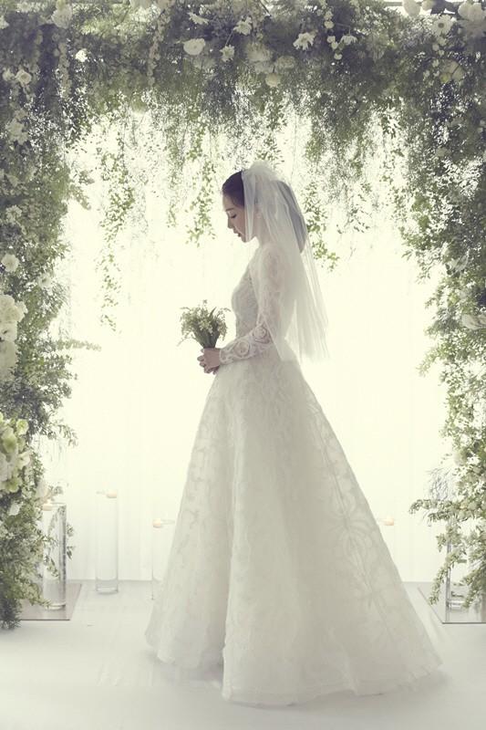 Ảnh cưới Choi Ji Woo: Cô dâu đẹp lộng lẫy, chú rể xuất hiện thoáng qua - Ảnh 1.