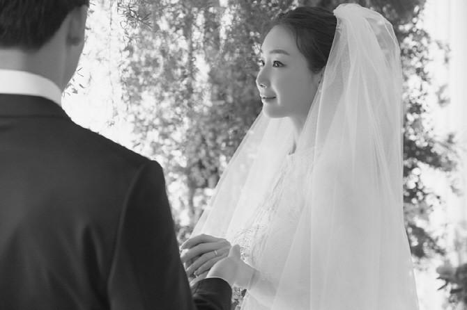 Ảnh cưới Choi Ji Woo: Cô dâu đẹp lộng lẫy, chú rể xuất hiện thoáng qua - Ảnh 3.
