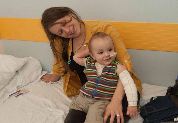 Cứ ngỡ con chỉ bị cảm lạnh, mẹ chết lặng khi bác sĩ yêu cầu cắt bỏ một chân của bé để bảo toàn mạng sống - Ảnh 1.