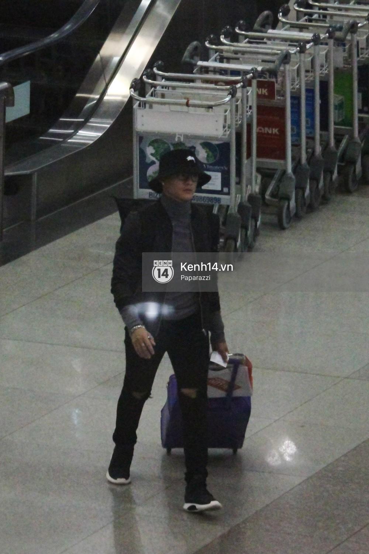 Lâm Vinh Hải - Linh Chi xuất hiện vui vẻ, tình cảm selfie cùng nhau tại sân bay Tân Sơn Nhất - Ảnh 1.