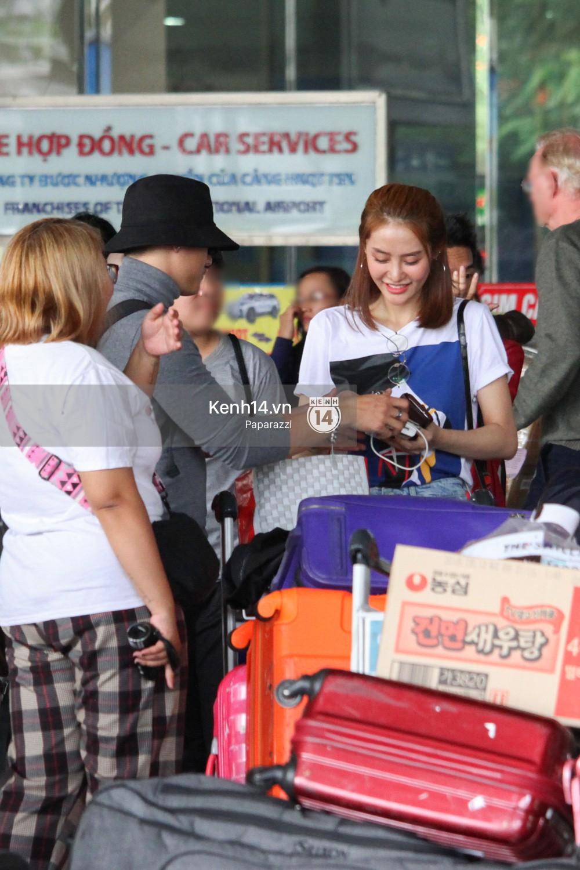 Lâm Vinh Hải - Linh Chi xuất hiện vui vẻ, tình cảm selfie cùng nhau tại sân bay Tân Sơn Nhất - Ảnh 10.