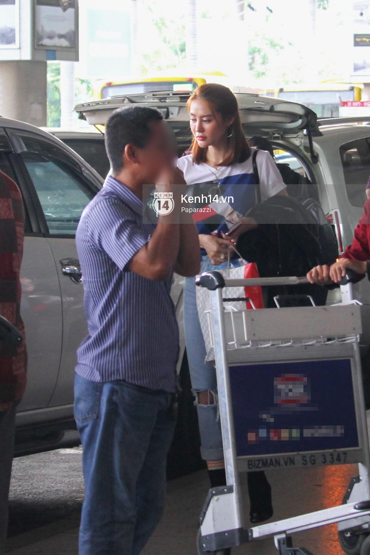 Lâm Vinh Hải - Linh Chi xuất hiện vui vẻ, tình cảm selfie cùng nhau tại sân bay Tân Sơn Nhất - Ảnh 12.