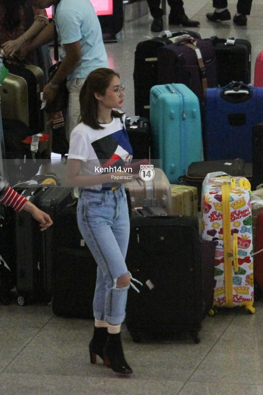 Lâm Vinh Hải - Linh Chi xuất hiện vui vẻ, tình cảm selfie cùng nhau tại sân bay Tân Sơn Nhất - Ảnh 2.