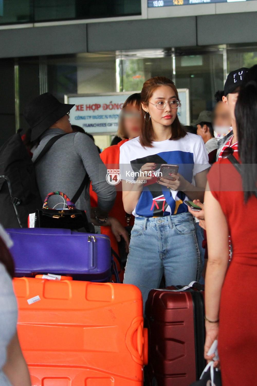 Lâm Vinh Hải - Linh Chi xuất hiện vui vẻ, tình cảm selfie cùng nhau tại sân bay Tân Sơn Nhất - Ảnh 4.