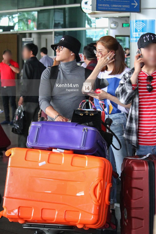 Lâm Vinh Hải - Linh Chi xuất hiện vui vẻ, tình cảm selfie cùng nhau tại sân bay Tân Sơn Nhất - Ảnh 6.