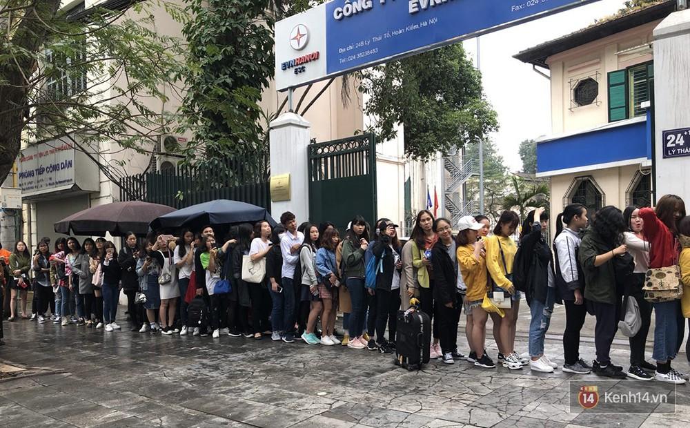Cửa hàng mì của Seungri ngày khai trương ở Hà Nội: Khách đội mưa, xếp hàng ngoài cửa từ 6h sáng - Ảnh 5.
