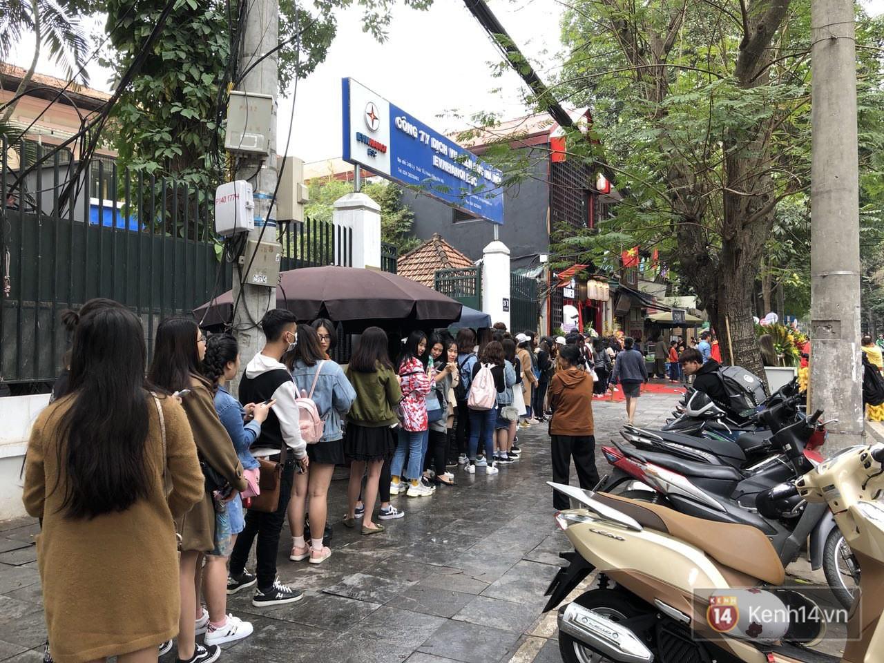 Cửa hàng mì của Seungri ngày khai trương ở Hà Nội: Khách đội mưa, xếp hàng ngoài cửa từ 6h sáng - Ảnh 6.