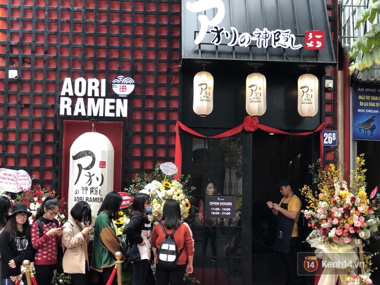 Cửa hàng mì của Seungri ngày khai trương ở Hà Nội: Khách đội mưa, xếp hàng ngoài cửa từ 6h sáng - Ảnh 2.