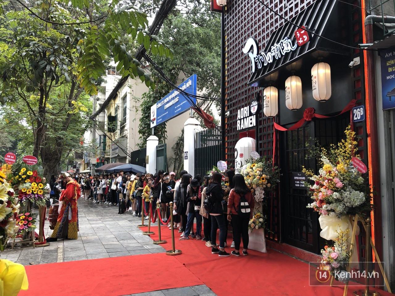 Cửa hàng mì của Seungri ngày khai trương ở Hà Nội: Khách đội mưa, xếp hàng ngoài cửa từ 6h sáng - Ảnh 4.