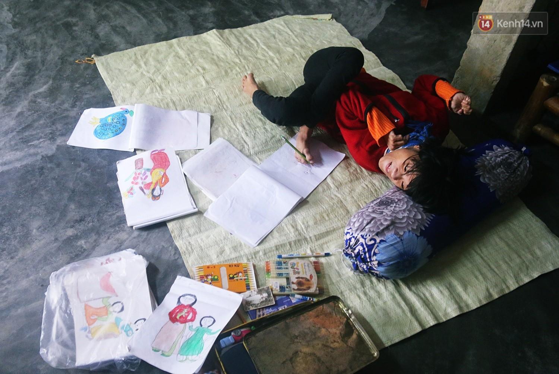 Cô gái khuyết tật ở Huế vẽ tranh bằng chân và lời nói dối đẫm nước mắt của người mẹ - Ảnh 2.