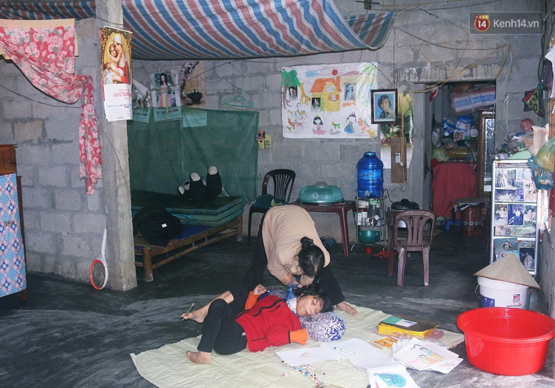 Cô gái khuyết tật ở Huế vẽ tranh bằng chân và lời nói dối đẫm nước mắt của người mẹ - Ảnh 3.