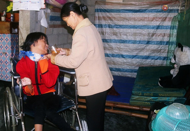 Cô gái khuyết tật ở Huế vẽ tranh bằng chân và lời nói dối đẫm nước mắt của người mẹ - Ảnh 5.