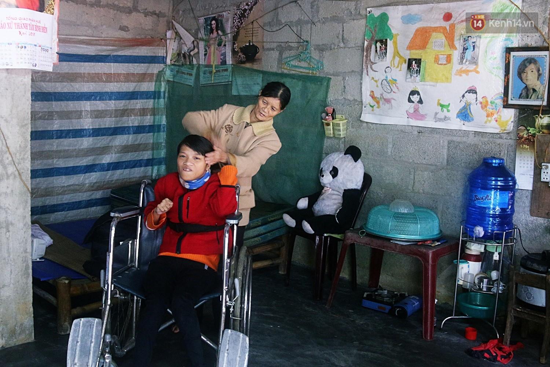 Cô gái khuyết tật ở Huế vẽ tranh bằng chân và lời nói dối đẫm nước mắt của người mẹ - Ảnh 7.