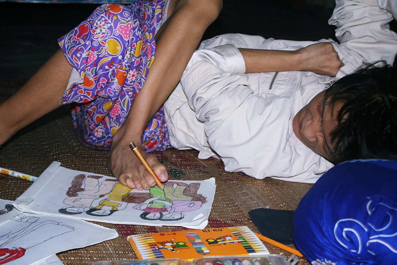 Cô gái khuyết tật ở Huế vẽ tranh bằng chân và lời nói dối đẫm nước mắt của người mẹ - Ảnh 4.