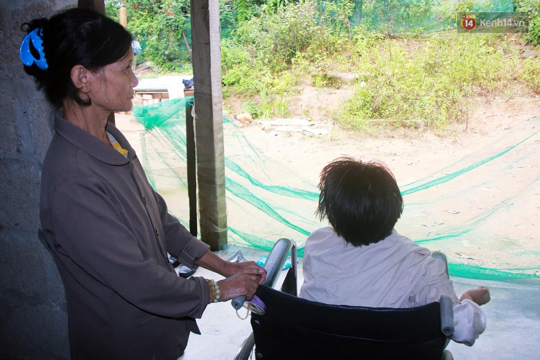 Cô gái khuyết tật ở Huế vẽ tranh bằng chân và lời nói dối đẫm nước mắt của người mẹ - Ảnh 12.