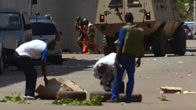 Nóng: Đại sứ quán Pháp ở Burkina Faso bị tấn công khủng bố, nhiều người thiệt mạng - Ảnh 4.