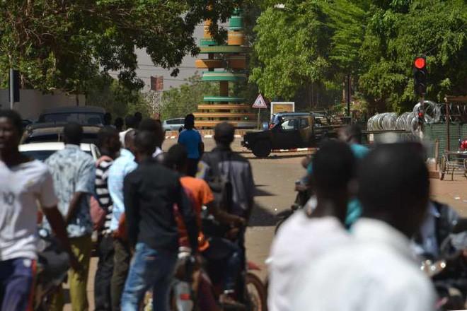 Nóng: Đại sứ quán Pháp ở Burkina Faso bị tấn công khủng bố, nhiều người thiệt mạng - Ảnh 5.