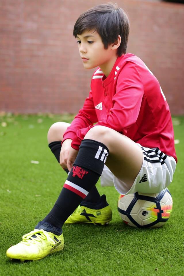 Cậu bé lai người Thái Lan gây sốt vì quá đẹp trai và được ví là David Beckham mới - Ảnh 2.