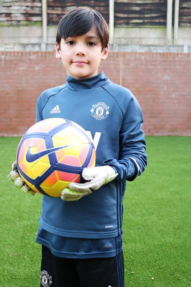 Cậu bé lai người Thái Lan gây sốt vì quá đẹp trai và được ví là David Beckham mới - Ảnh 14.