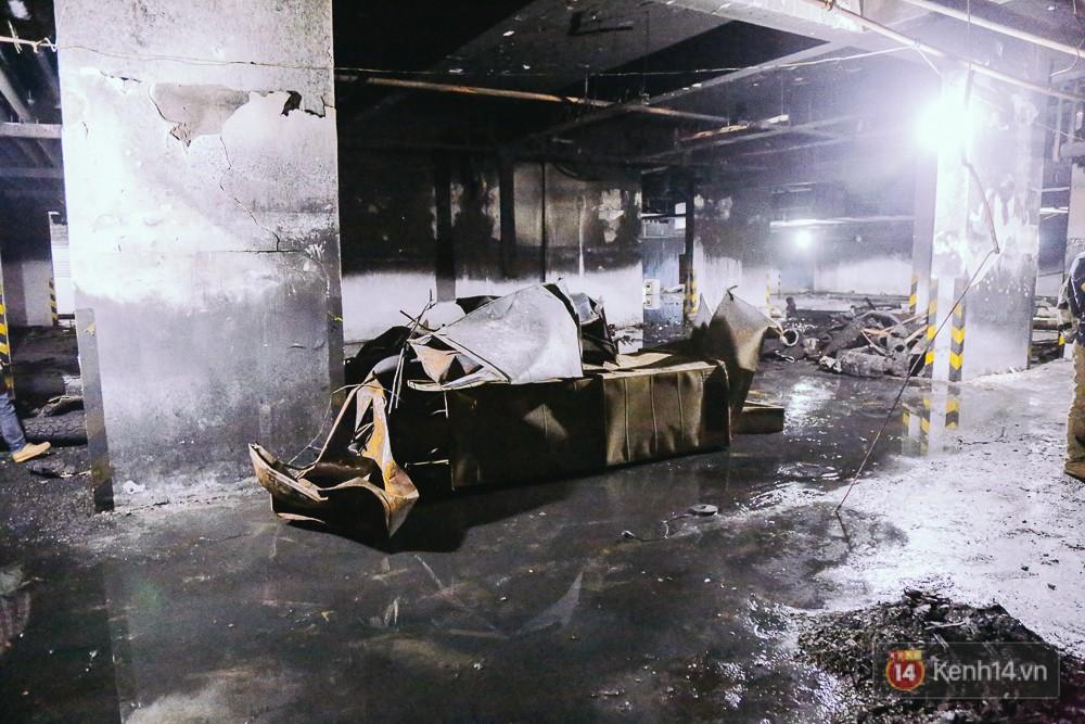 Ớn lạnh hiện trường nơi ngọn lửa bùng phát tại hầm chung cư Carina khiến 13 người tử vong - Ảnh 8.