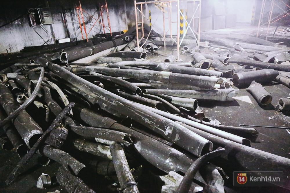 Ớn lạnh hiện trường nơi ngọn lửa bùng phát tại hầm chung cư Carina khiến 13 người tử vong - Ảnh 17.