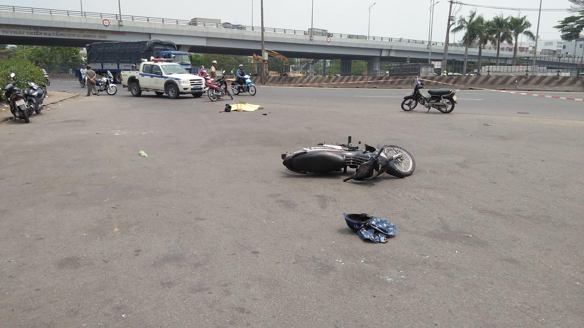 Va chạm với xe tải chạy cùng chiều, người phụ nữ bị cán tử vong thương tâm ở Sài Gòn - Ảnh 1.