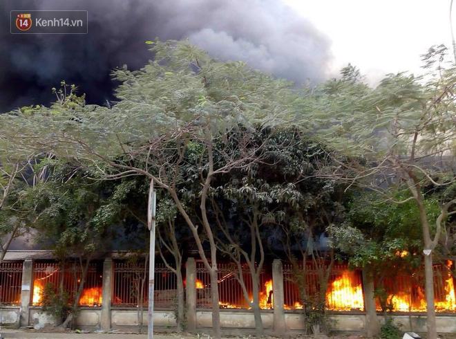 Chùm ảnh: Các gian hàng cháy đen, nhiều xe máy trơ khung sau vụ cháy lớn ở chợ Hà Nội - Ảnh 1.