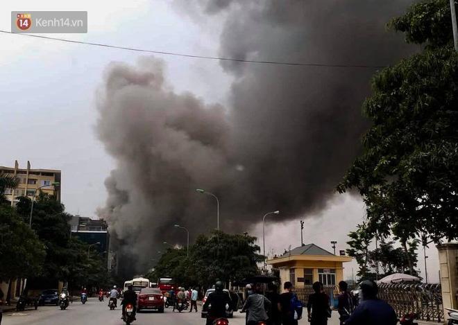 Chùm ảnh: Các gian hàng cháy đen, nhiều xe máy trơ khung sau vụ cháy lớn ở chợ Hà Nội - Ảnh 2.