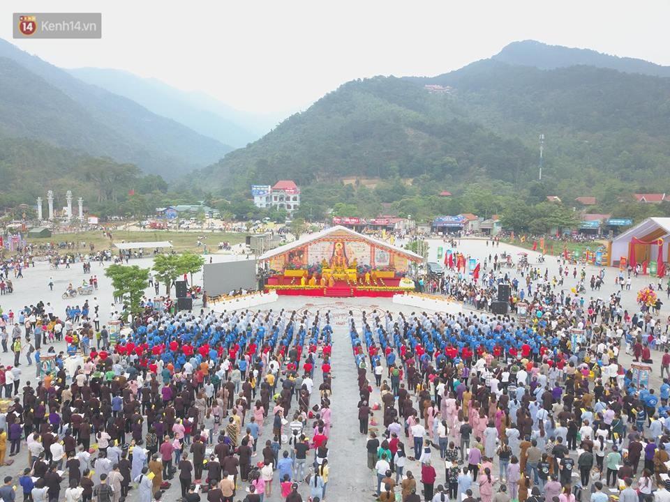 Tam Đảo ùn tắc nghiêm trọng sau lễ hội hoa đăng Tây Thiên: Phật tử, du khách chôn chân ngoài đường - Ảnh 2.