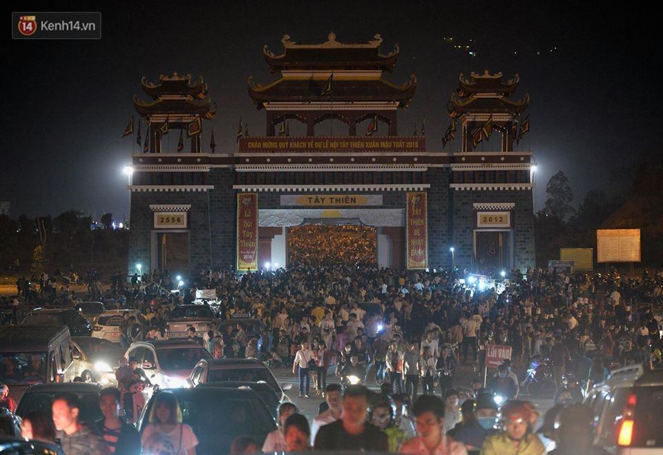 Tam Đảo ùn tắc nghiêm trọng sau lễ hội hoa đăng Tây Thiên: Phật tử, du khách chôn chân ngoài đường - Ảnh 12.