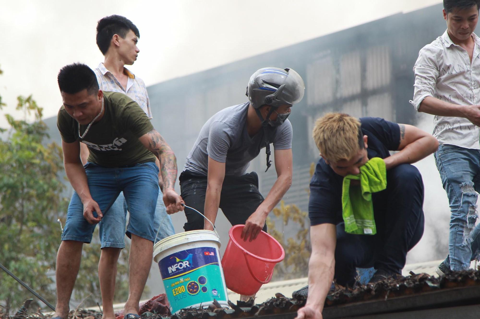 Hà Nội: Chợ Quang bốc cháy dữ dội giữa trưa, tiểu thương khóc nức nở khi nhiều gian hàng bị thiêu rụi Hà Nội: Chợ Quang bốc cháy dữ dội giữa trưa, tiểu thương khóc nức nở khi nhiều gian hàng bị thiêu rụi