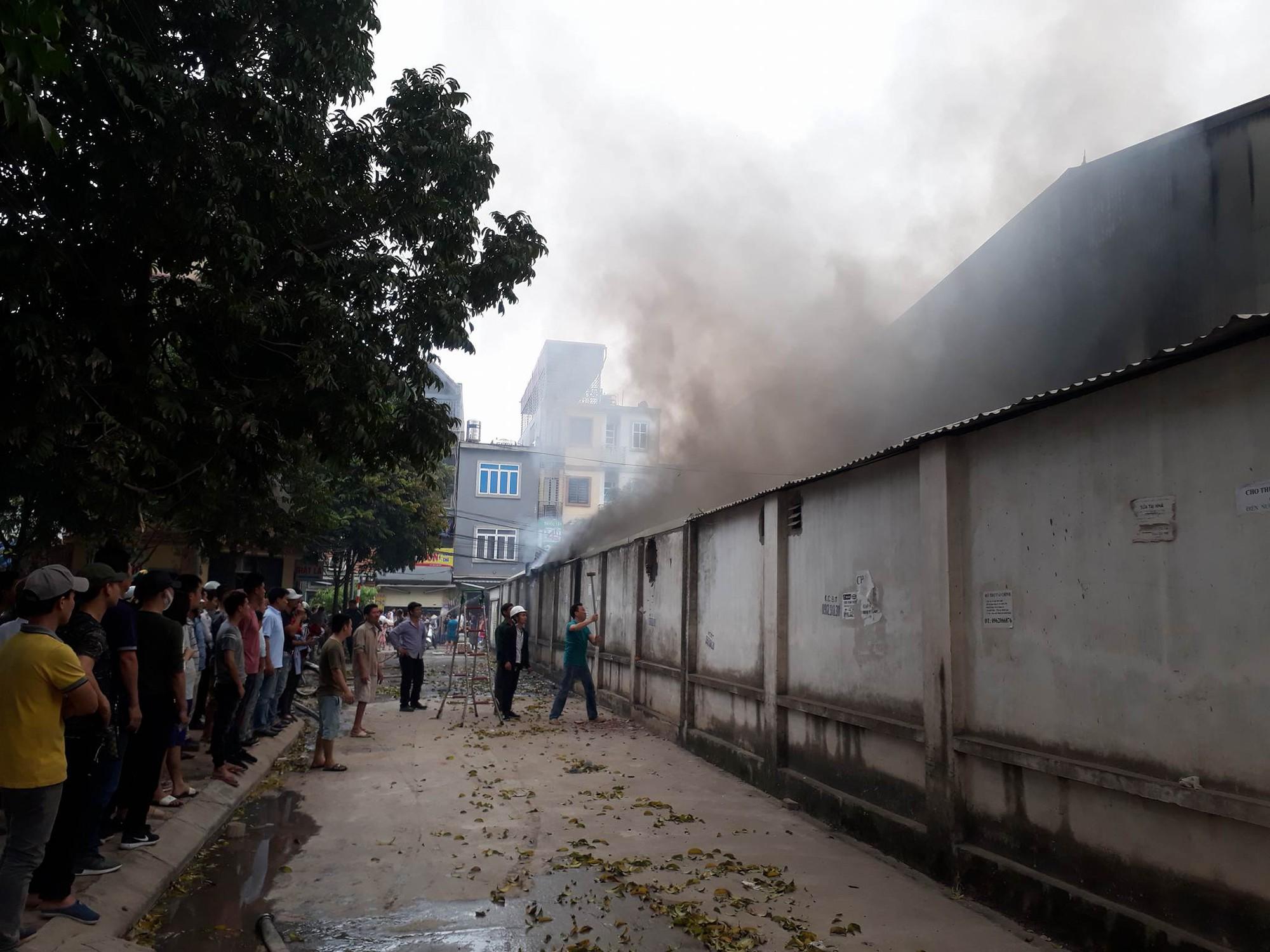 Hà Nội: Đang cháy rất lớn ở chợ Quang, vẫn còn người mắc kẹt liên tục kêu cứu - Ảnh 7.