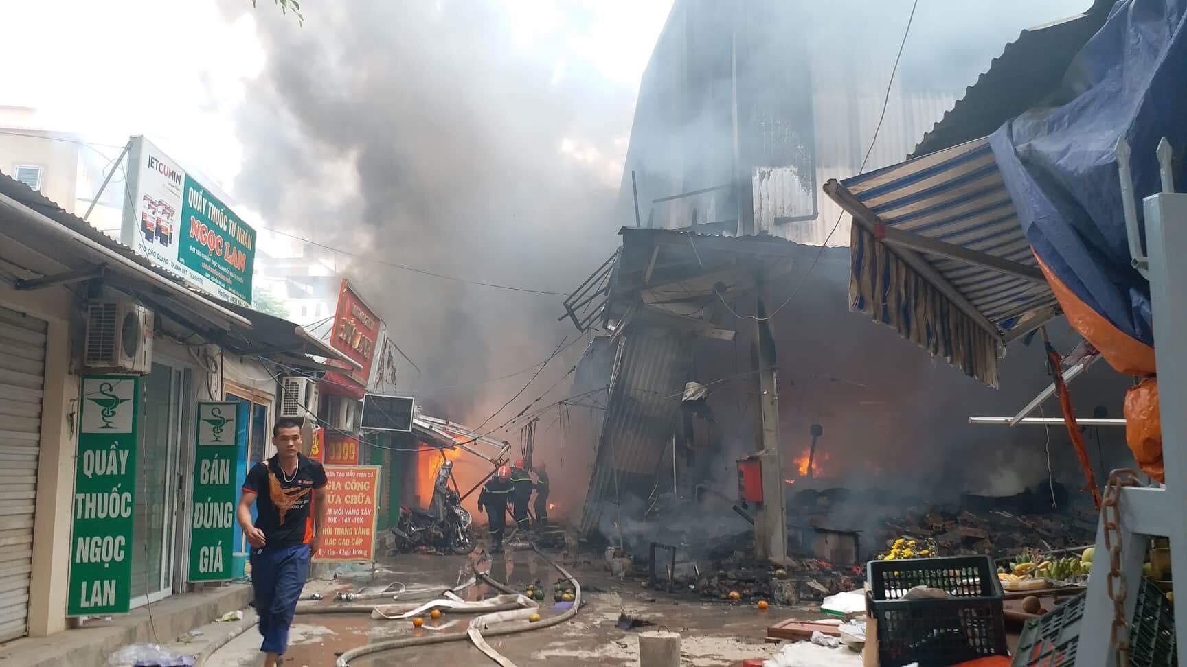 Hà Nội: Đang cháy rất lớn ở chợ Quang, vẫn còn người mắc kẹt liên tục kêu cứu - Ảnh 4.