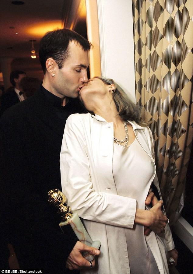 Loạt scandal khiến cả Hollywood nổi da gà: Bố cưới con gái, em hôn môi anh ruột đắm đuối - Ảnh 1.