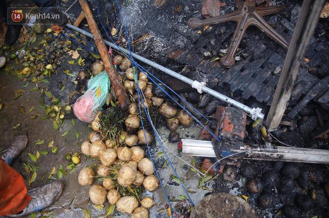 Chùm ảnh: Các gian hàng cháy đen, nhiều xe máy trơ khung sau vụ cháy lớn ở chợ Hà Nội - Ảnh 9.