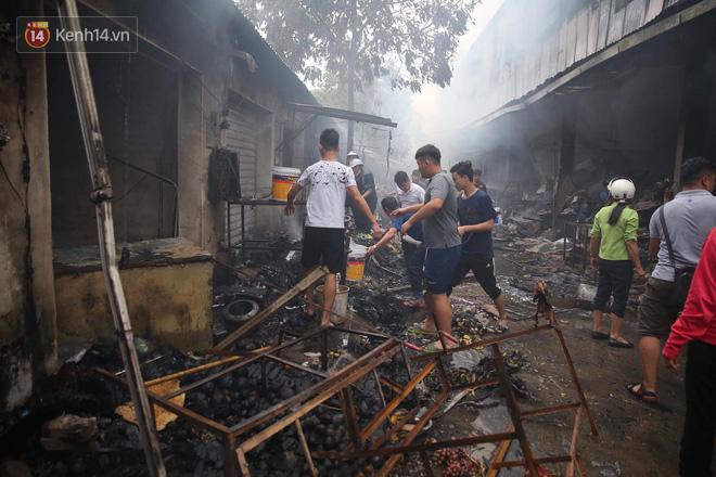 Chùm ảnh: Các gian hàng cháy đen, nhiều xe máy trơ khung sau vụ cháy lớn ở chợ Hà Nội - Ảnh 11.