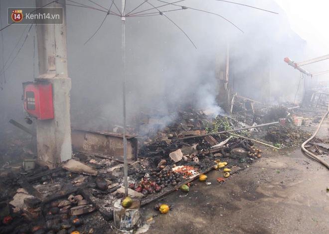 Chùm ảnh: Các gian hàng cháy đen, nhiều xe máy trơ khung sau vụ cháy lớn ở chợ Hà Nội - Ảnh 8.