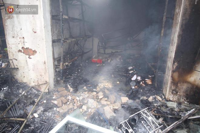 Chùm ảnh: Các gian hàng cháy đen, nhiều xe máy trơ khung sau vụ cháy lớn ở chợ Hà Nội - Ảnh 4.