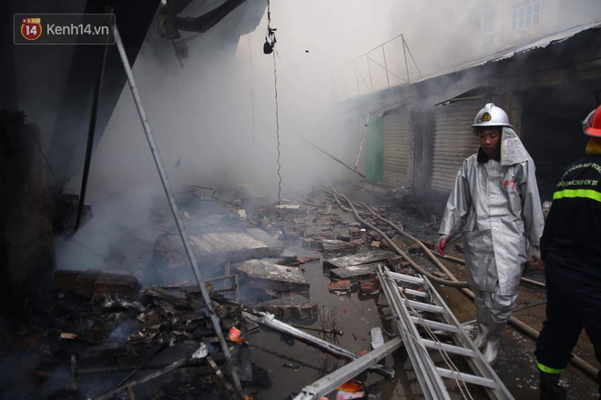 Chùm ảnh: Các gian hàng cháy đen, nhiều xe máy trơ khung sau vụ cháy lớn ở chợ Hà Nội - Ảnh 3.
