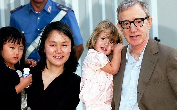 Loạt scandal khiến cả Hollywood nổi da gà: Bố cưới con gái, em hôn môi anh ruột đắm đuối - Ảnh 3.