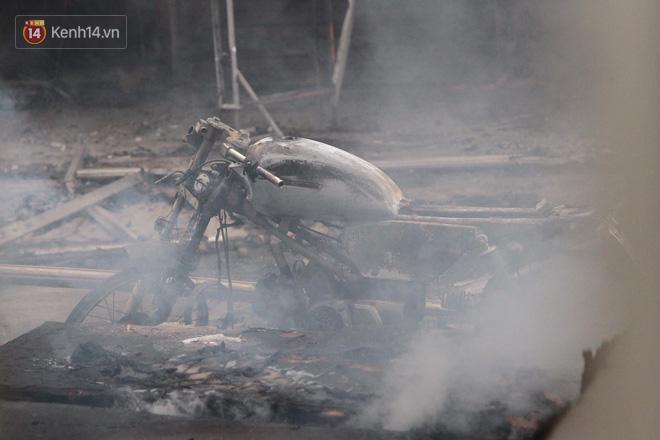 Chùm ảnh: Các gian hàng cháy đen, nhiều xe máy trơ khung sau vụ cháy lớn ở chợ Hà Nội - Ảnh 6.