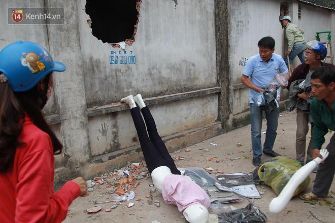 Chùm ảnh: Các gian hàng cháy đen, nhiều xe máy trơ khung sau vụ cháy lớn ở chợ Hà Nội - Ảnh 14.